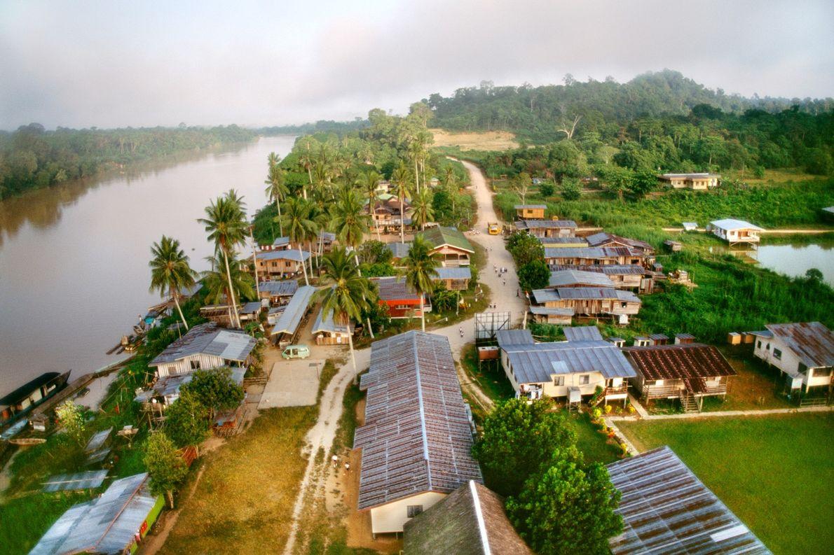 Un pueblo maderero junto al río Kinabatangan en Saba, Borneo. En total, Indonesia redujo su pérdida …