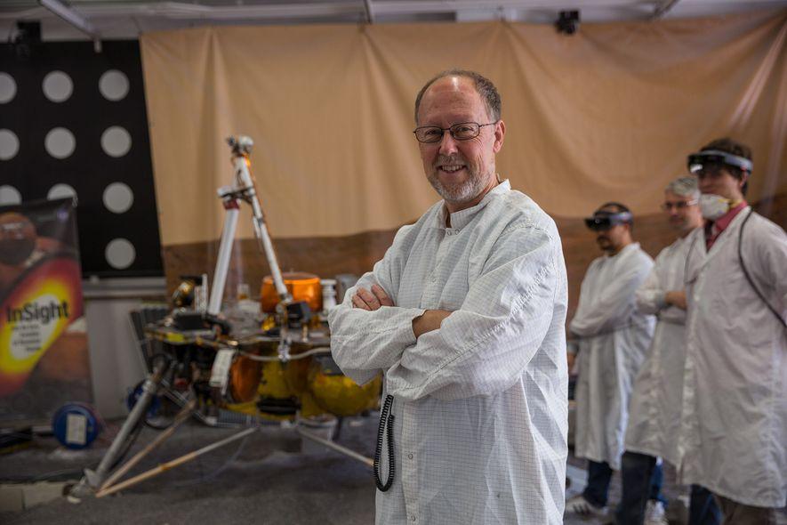 Bruce Banerdt, investigador principal de la sonda InSight, cerca de una réplica d ela InSight empleada ...