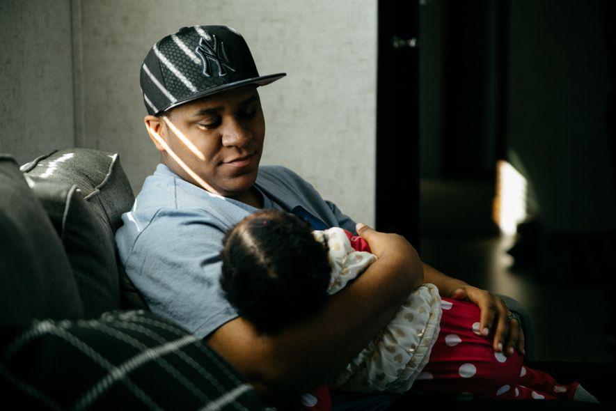 El padre transgénero Liam Johnson sostiene a su hija de un año Aspen el día de su cumpleaños. Liam Johnson, de 20 años, y Racquelle Trammell, de 30, tomaron la difícil decisión de detener la transición para tener un bebé. Liam se identifica como hombre, pero todavía tiene la capacidad de quedarse embarazado y dar a luz de forma natural. Racquelle tuvo que dejar de tomar estrógenos para garantizar que su esperma pudiera fertilizar un óvulo.