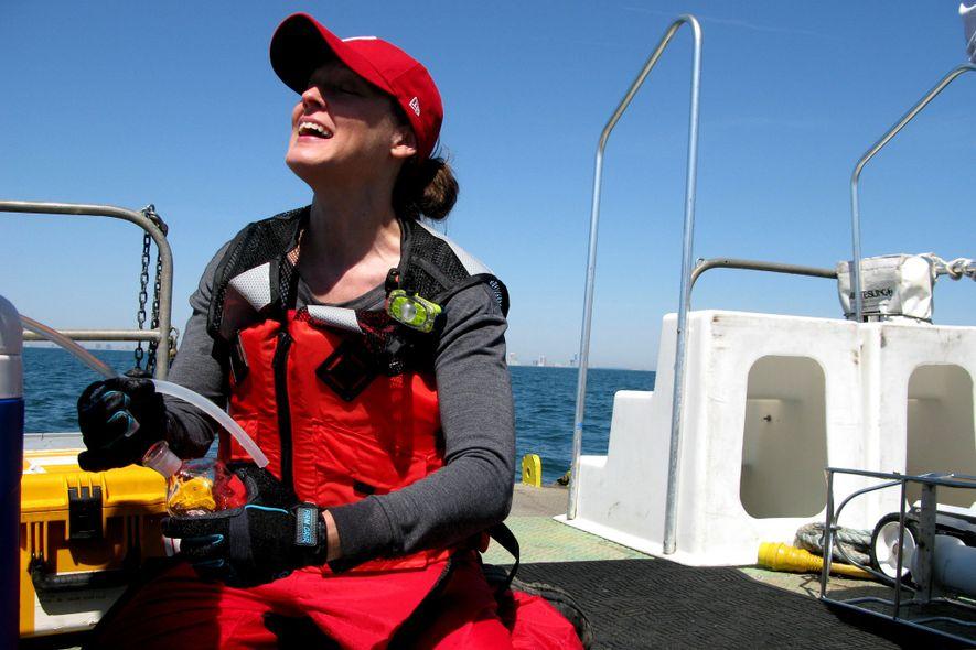 Grace Saba, de Rutgers, toma muestras del agua para entender mejor los cambios en el océano.