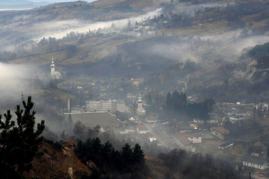 Imagen del centro de la localidad de Roșia Montană, Rumanía, el 23 de noviembre de 2006. ...