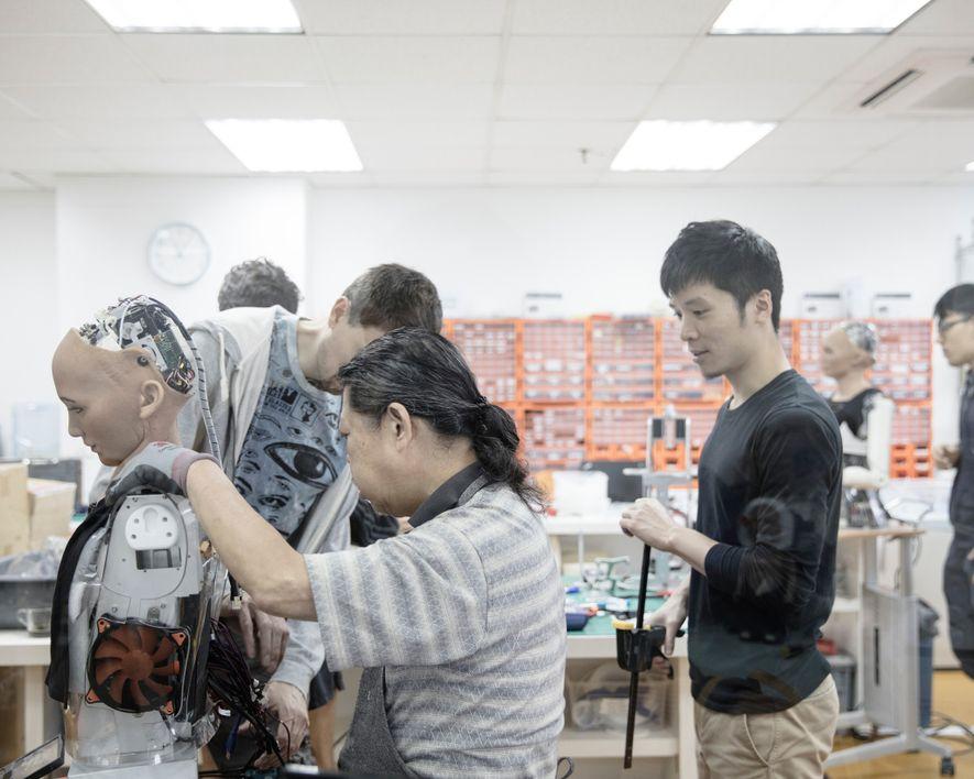 Unos ingenieros trabajan en el laboratorio de Hanson Robotics en Hong Kong, del que se suele ...