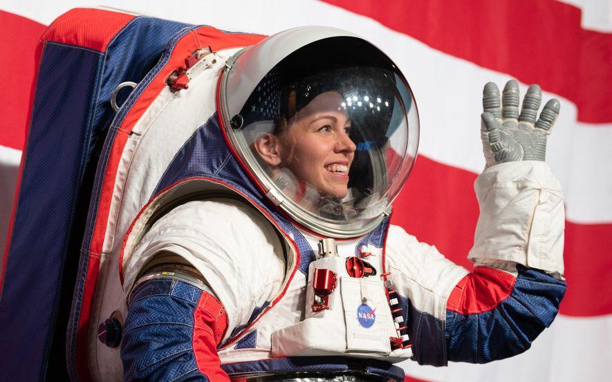 Kristine Davis, ingeniera de trajes espaciales del Centro Espacial Johnson de la NASA, muestra el nuevo prototipo de traje espacial de la NASA, que se utilizará en la misión Artemis a la Luna.