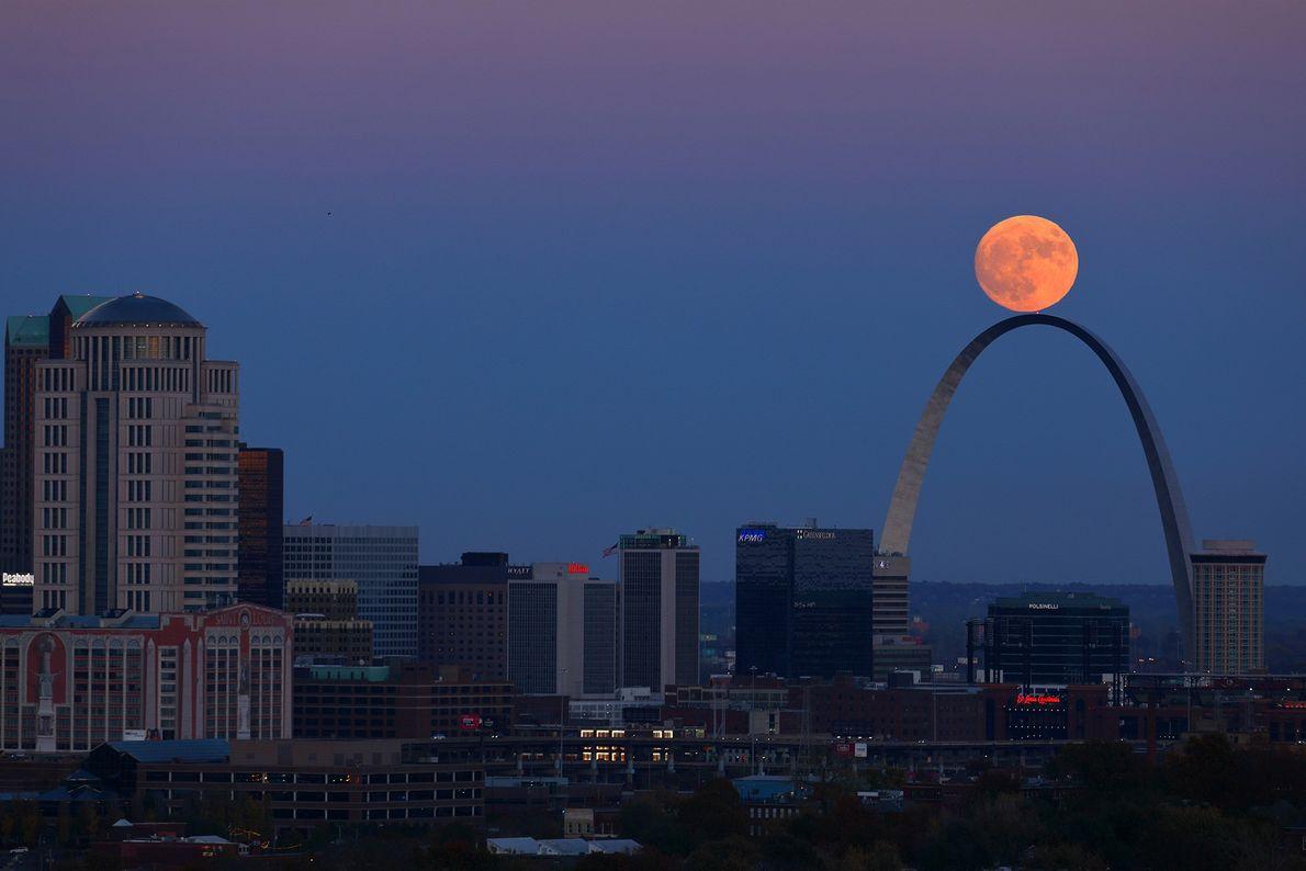 Superluna sobre el Arco Gateway