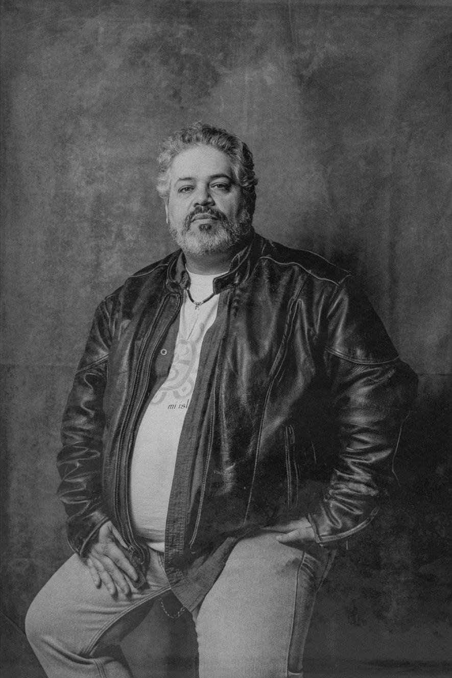 """«En 2014, trabajé en un documental sobre los nativos americanos de Oklahoma llamado """"Spirit Roads""""... Conecté con alguien durante el tiempo que pasé allí y quise saber más sobre mi legado. Cuanto más sabía, más veía que las antiguas tradiciones de mi familia se remontaban a los taínos».  -Eric Alexie Cruz, 48 años"""