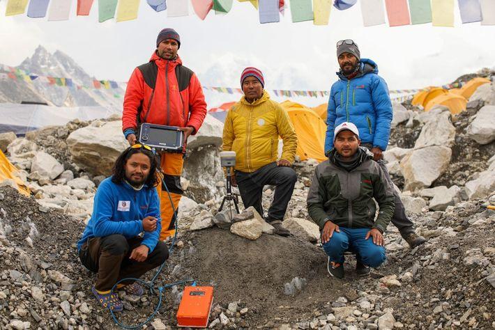 Khimlal Gautam con su equipo