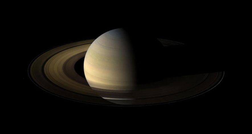 La sonda Cassini hizo esta foto de Saturno un día y medio después de su equinoccio. ...