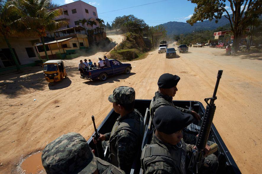 Las tropas del ejército hondureño llevan un convoy a la zona que hará de campamento base ...