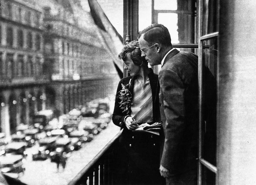 Amelia Earhart con su marido, George Palmer Putnam, en el balcón de un hotel en París.