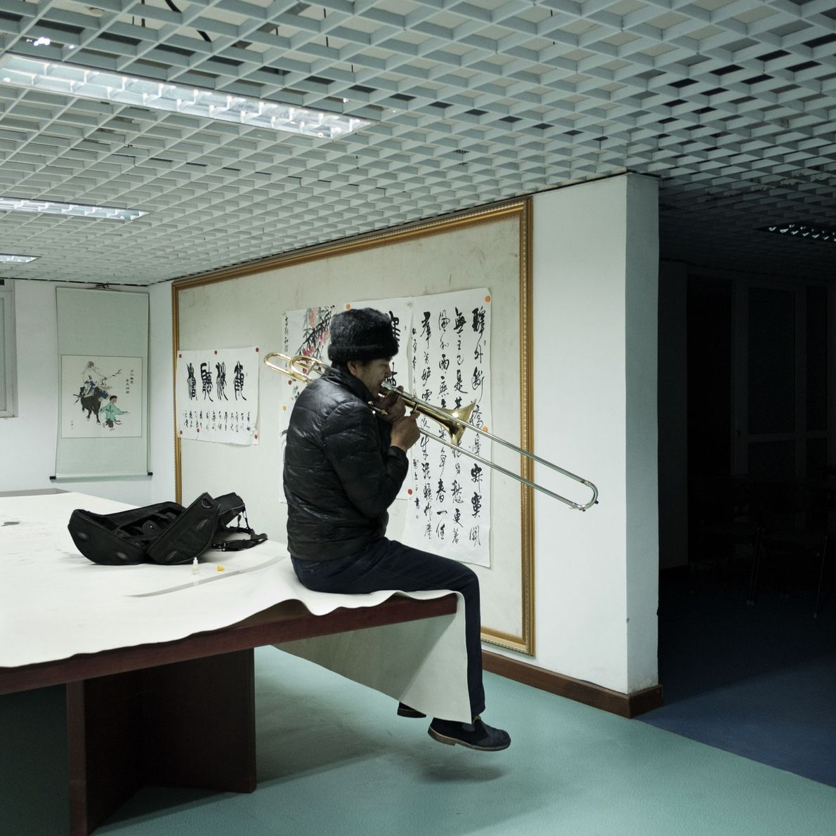 Un músico toca el trombón