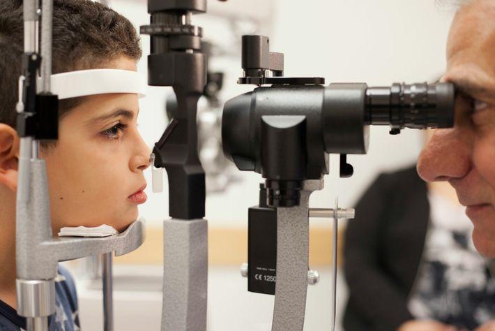 Albert Maguire examina los ojos de Misa Kaabali