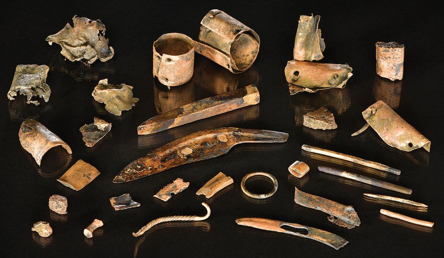 El conjunto de objetos de bronce incluía herramientas, ornamentos y fragmentos metálicos de 3000 años de antigüedad que probablemente se almacenaron en un recipiente que ya se ha descompuesto.