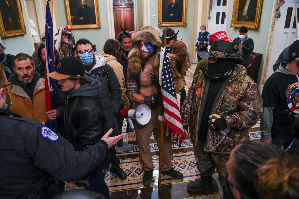 Los seguidores de Trump entraron en la cámara del Senado