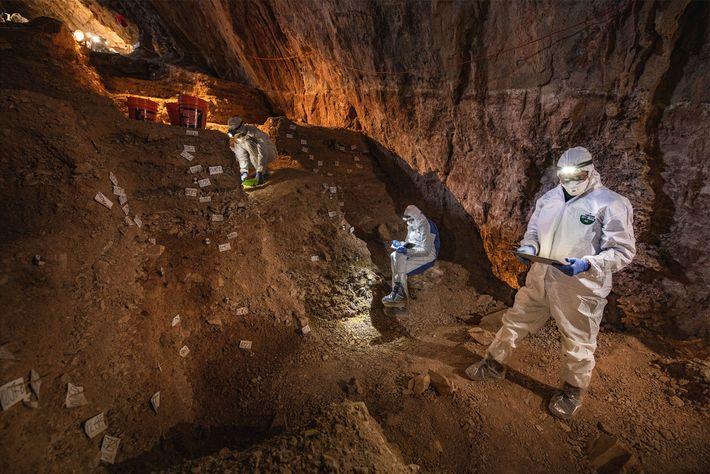Científicos en la cueva de Chiquihuite
