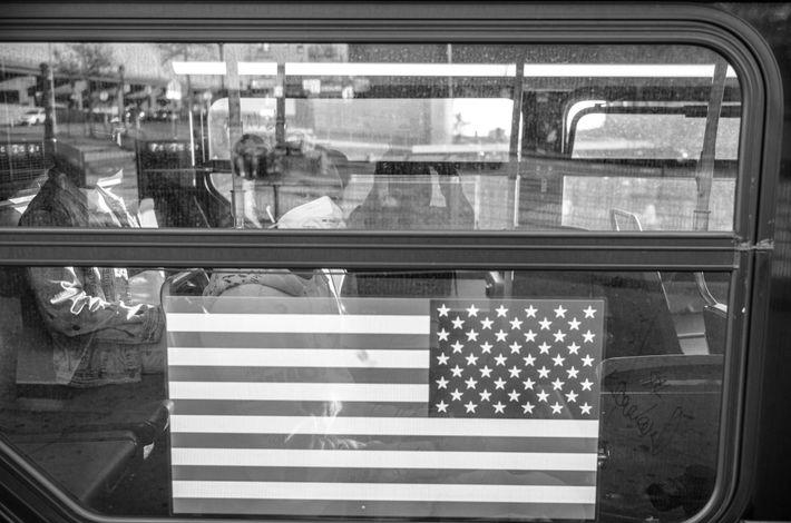 Una chica viaja a bordo de un autobús
