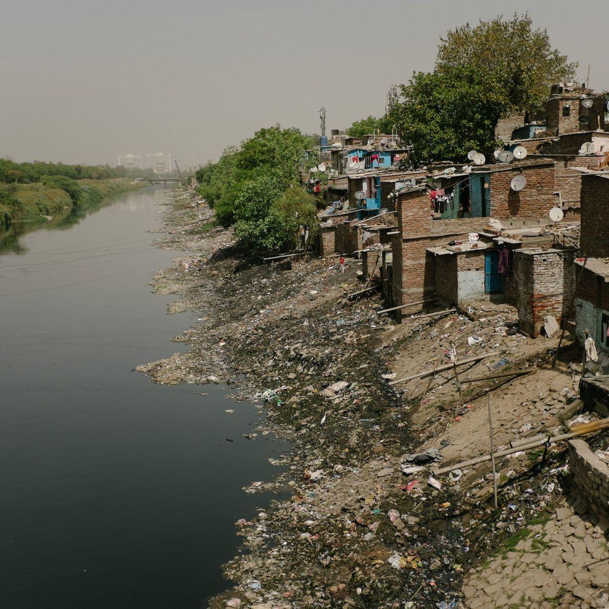 Las alcantarillas de Shahadra están tan contaminadas que las personas que no pueden pagar una vivienda ...
