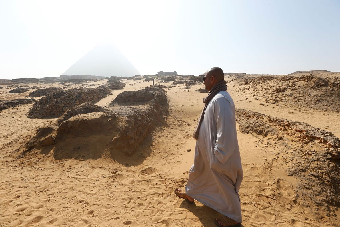Un hombre cerca de la tumba