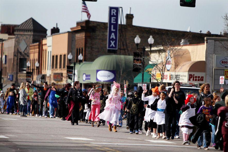 Anoka, Minnesota, comenzó a celebrar desfiles de Halloween en 1920. La tradición fue una de las primeras celebraciones municipales de Halloween y los historiadores locales creen que era un intento de disuadir celebraciones no oficiales que en ocasiones acababan con vacas desatadas o retretes derribados.