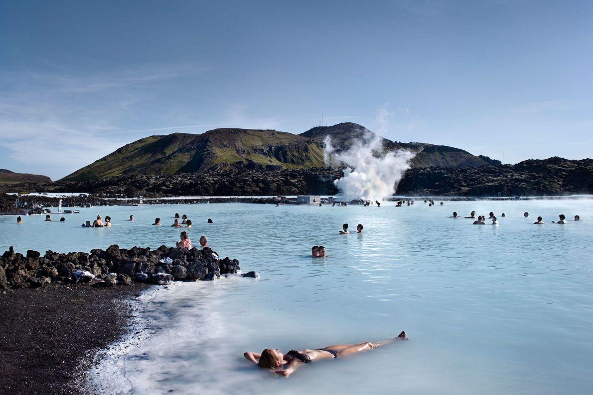 Imagen de una mujer en la Blue Lagoon, Islandia