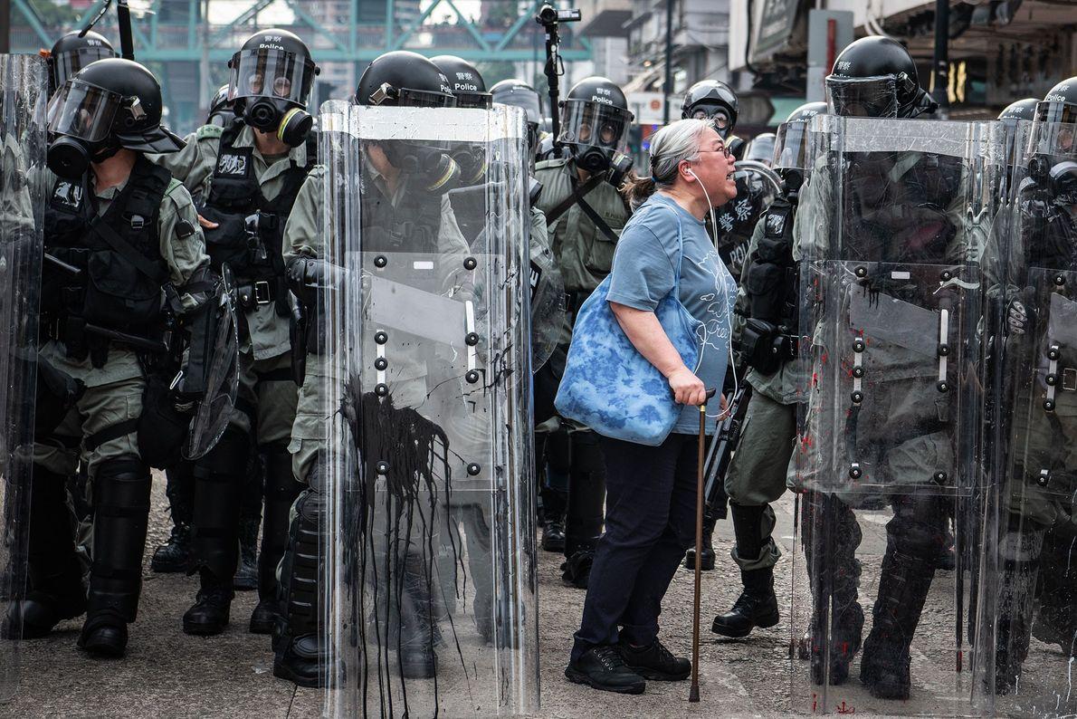 Mujer contra policía