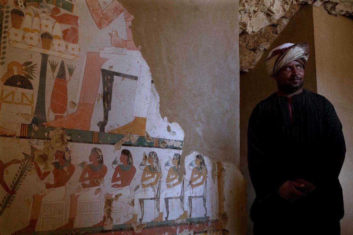 Trabajador junto a un mural funerario