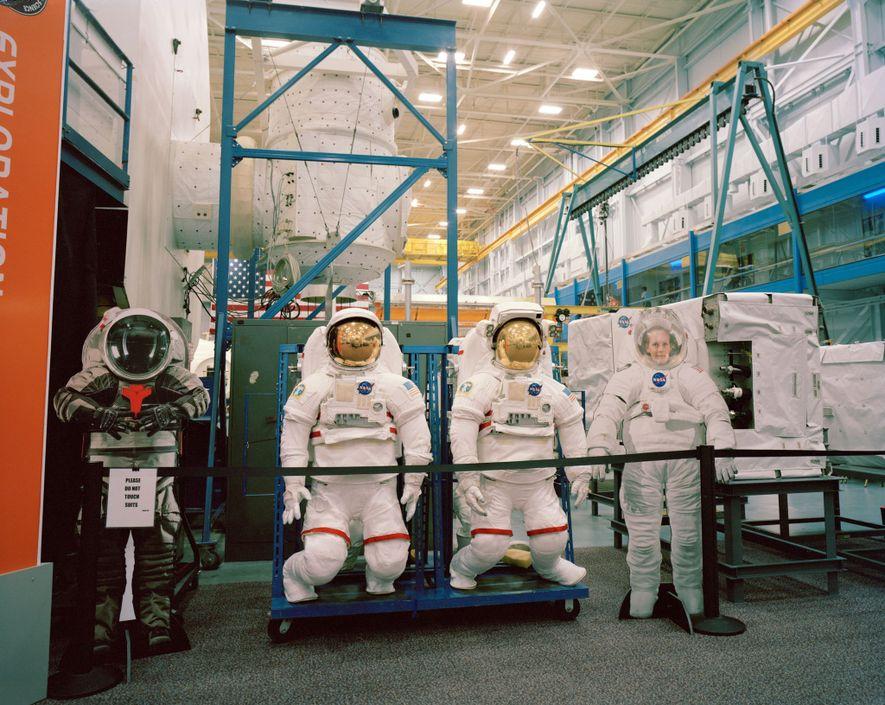 Estos prototipos de trajes espaciales se almacenan en la Space Vehicle Mockup Facility en el centro ...