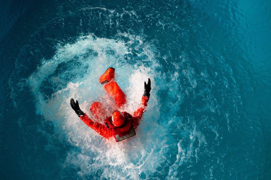Los participantes saltan al agua desde un saliente a 4,5 metros de altura.