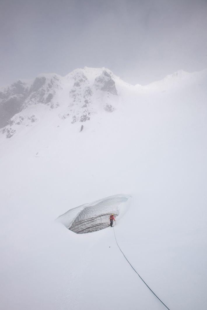 Tom Gall al borde de la cueva Crevasse