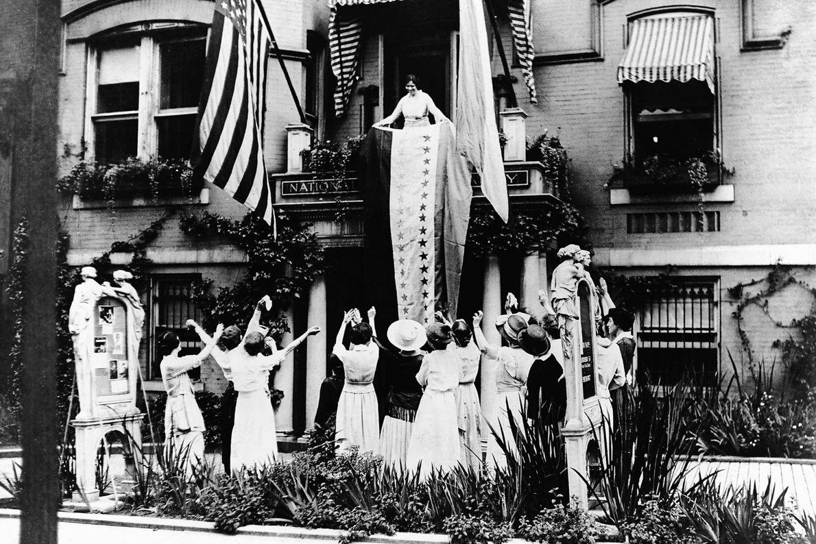 Sufragistas celebran la aprobación de la enmienda