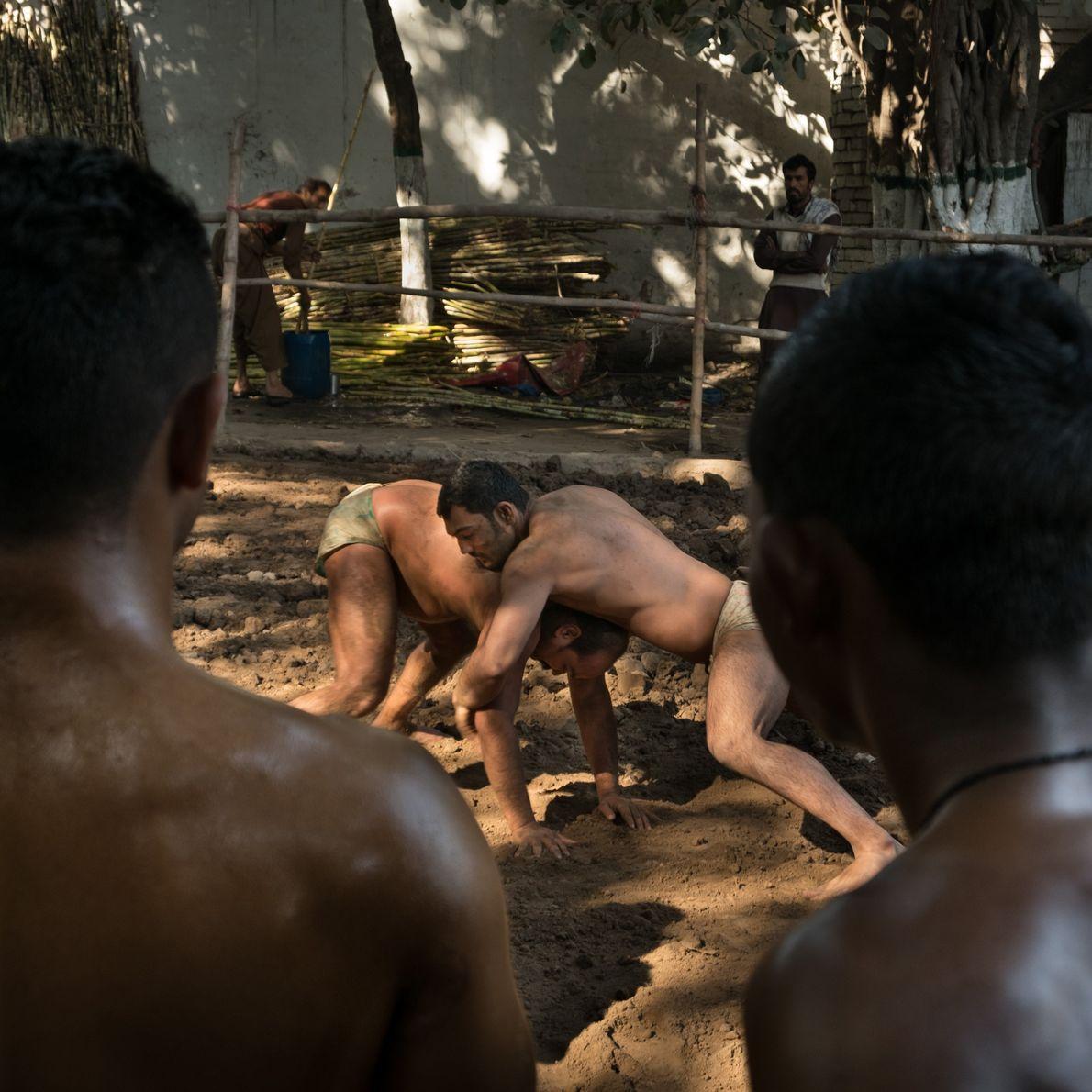 Entrenamiento de pehlwani en un akhara, o recinto de tierra al aire libre, a las afueras …