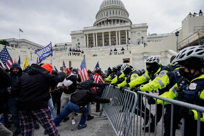 Una línea de agentes defiende una barricada
