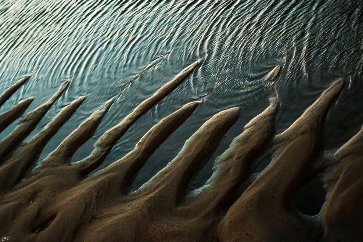 «Cuando el agua y la arena se encuentran, quieren tocarse tanto tiempo como pueden», escribe la …