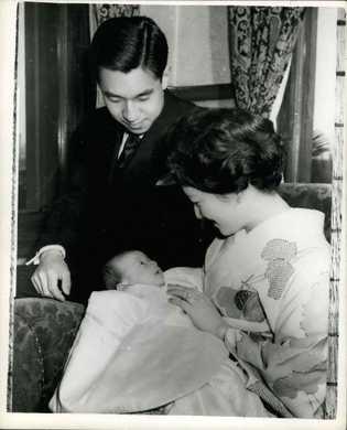 El príncipe Naruhito con sus padres