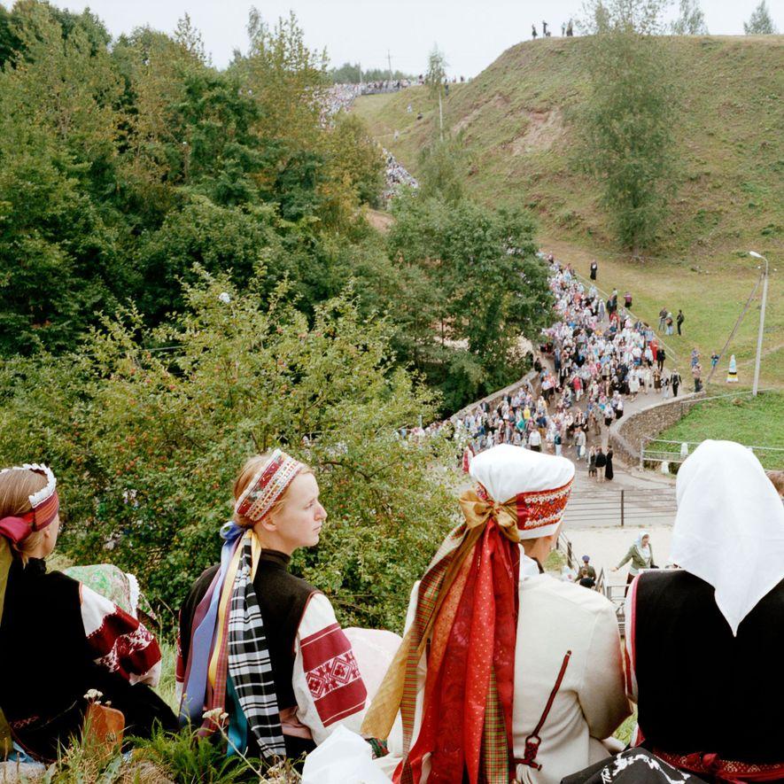 El Día de la Dormición de la Madre de Dios, una festividad religiosa, el icono de Dormición —que, según se cree, hace milagros— se transporta desde la iglesia de la Dormición alrededor del monasterio de Petseri. Los sacerdotes bendicen a los creyentes que siguen la procesión.