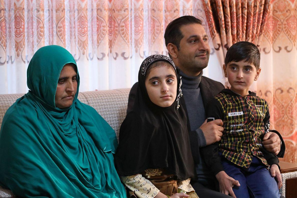 Sharbat Gula y dos de sus hijos