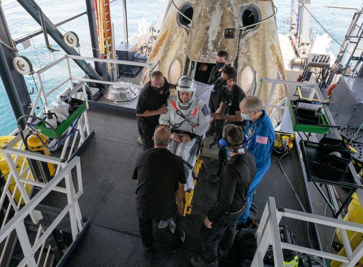 Robert Behnken sale de la cápsula Crew Dragon
