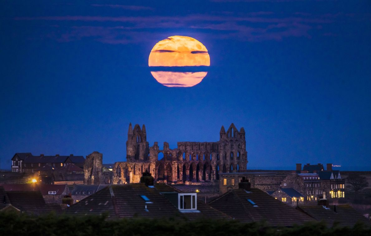 La superluna sobre la abadía de Whitby