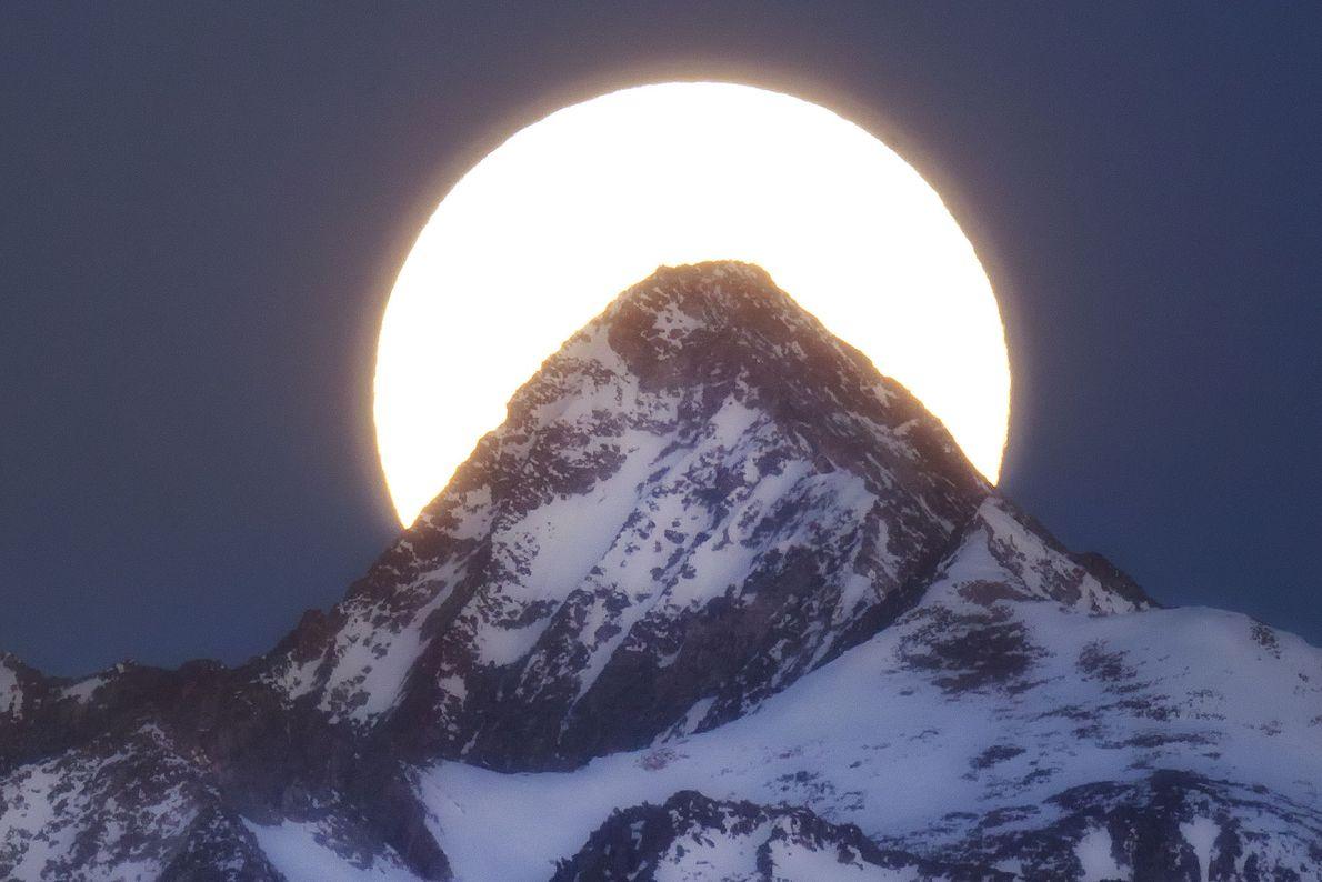 Superluna tras Capitol Peak