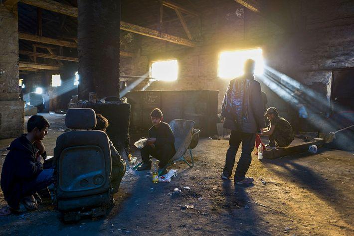 Unos chicos se reúnen en un almacén abandonado