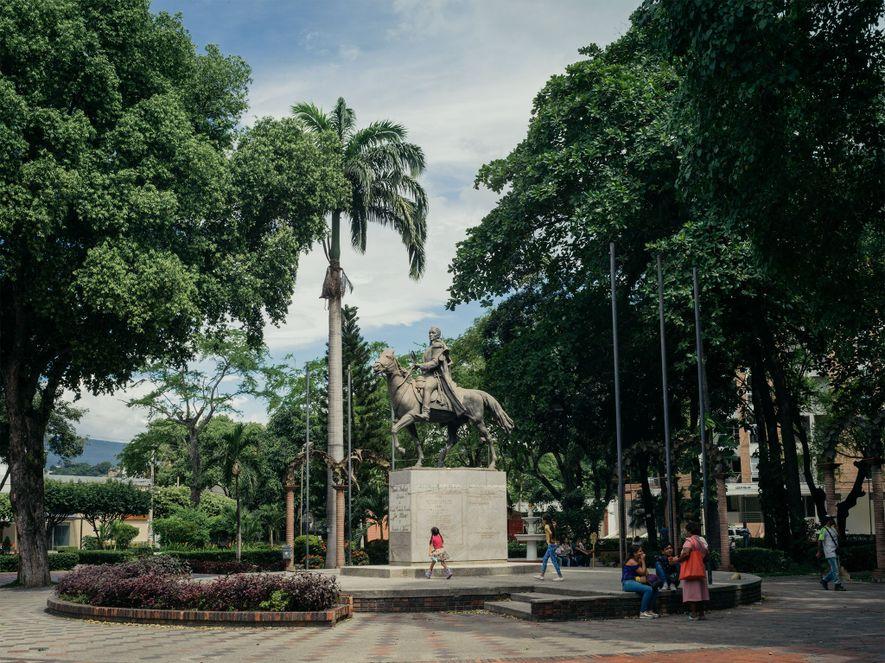 Una estatua de Simón Bolívar se eleva sobre los visitantes en un parque de Cúcuta.