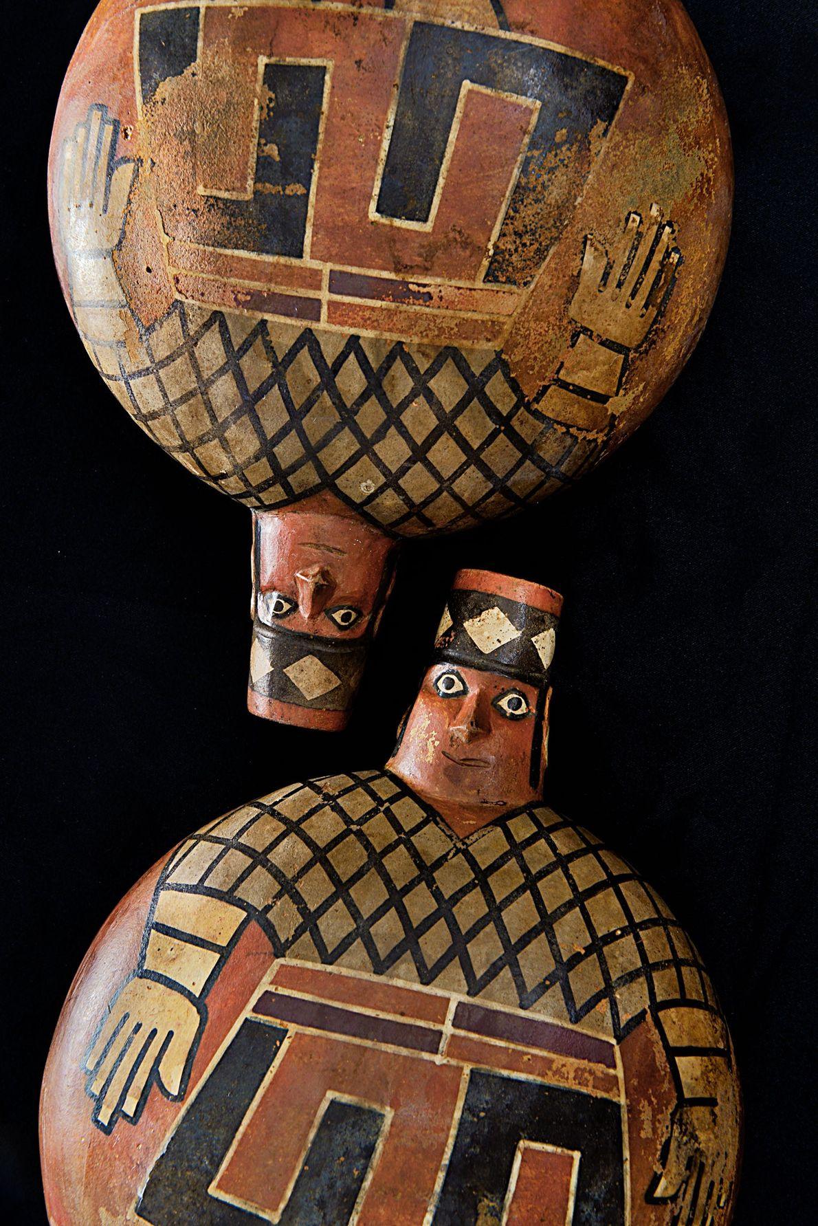 Vasijas pintadas representan a nobles wari entre los tesoros de la tumba del Castillo de Huarmey, …