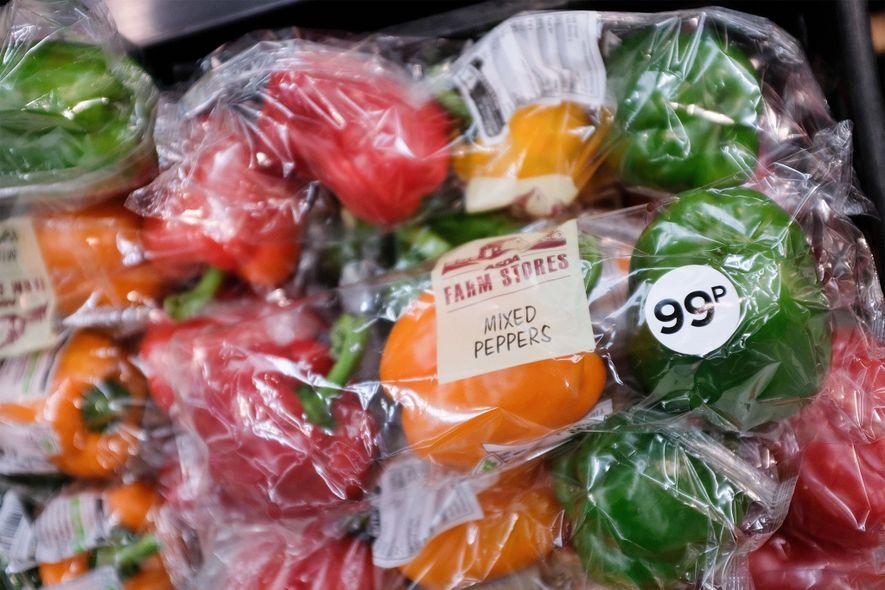 Estos pimientos envasados en plásticos se venden en el norte de Londres. Pero 42 empresas, responsables ...