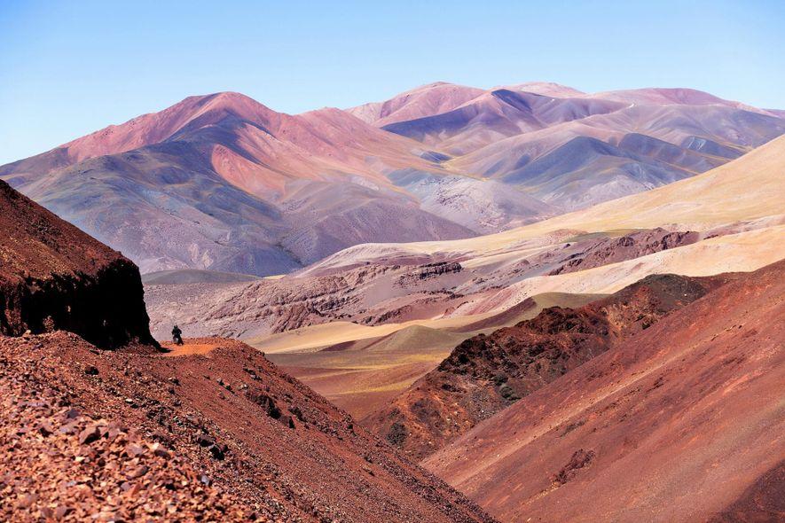 Un motociclista atraviesa la provincia de Jujuy en el norte de Argentina.