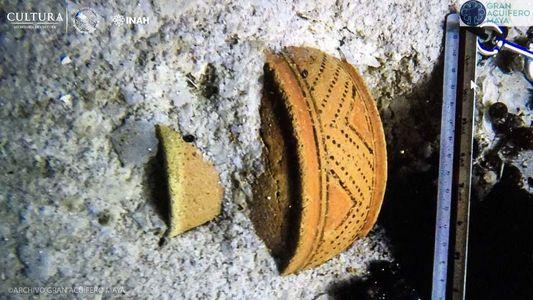 Objetos mayas descubiertos en una cueva inundada de México