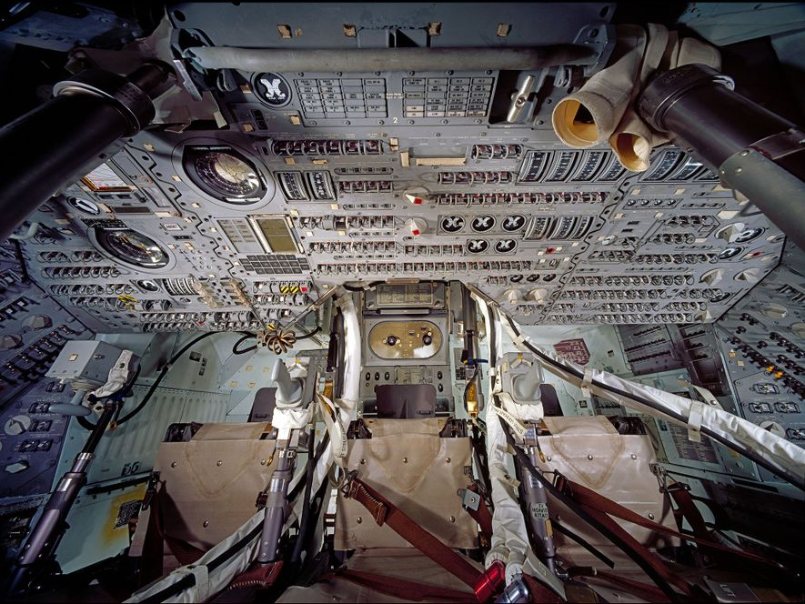 El interior —del tamaño aproximado de un coche grande— hizo las veces de estancia principal para ...