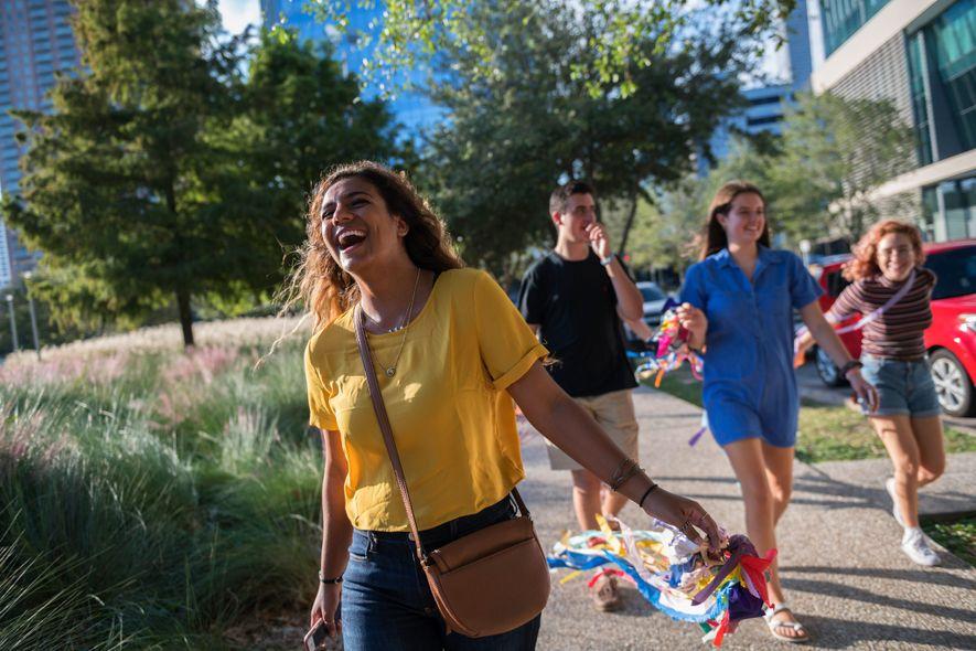 Hannah Ajrami, estudiante de la Universidad de Houston, se divierte con sus amigas en el campus.