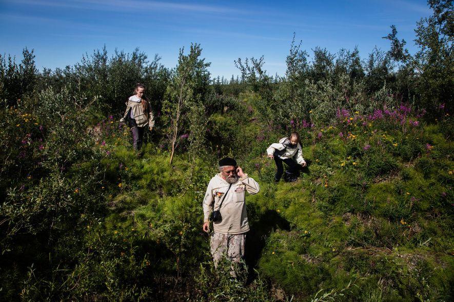 Sergey Zimov mide los niveles de permafrost con sus nietas cerca de la Estación Científica del ...