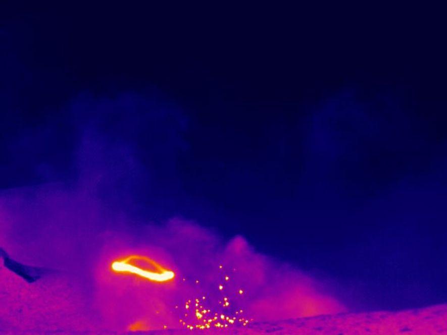 Una serie de imágenes infrarrojas muestra un anillo de humo que se forma y se disipa ...