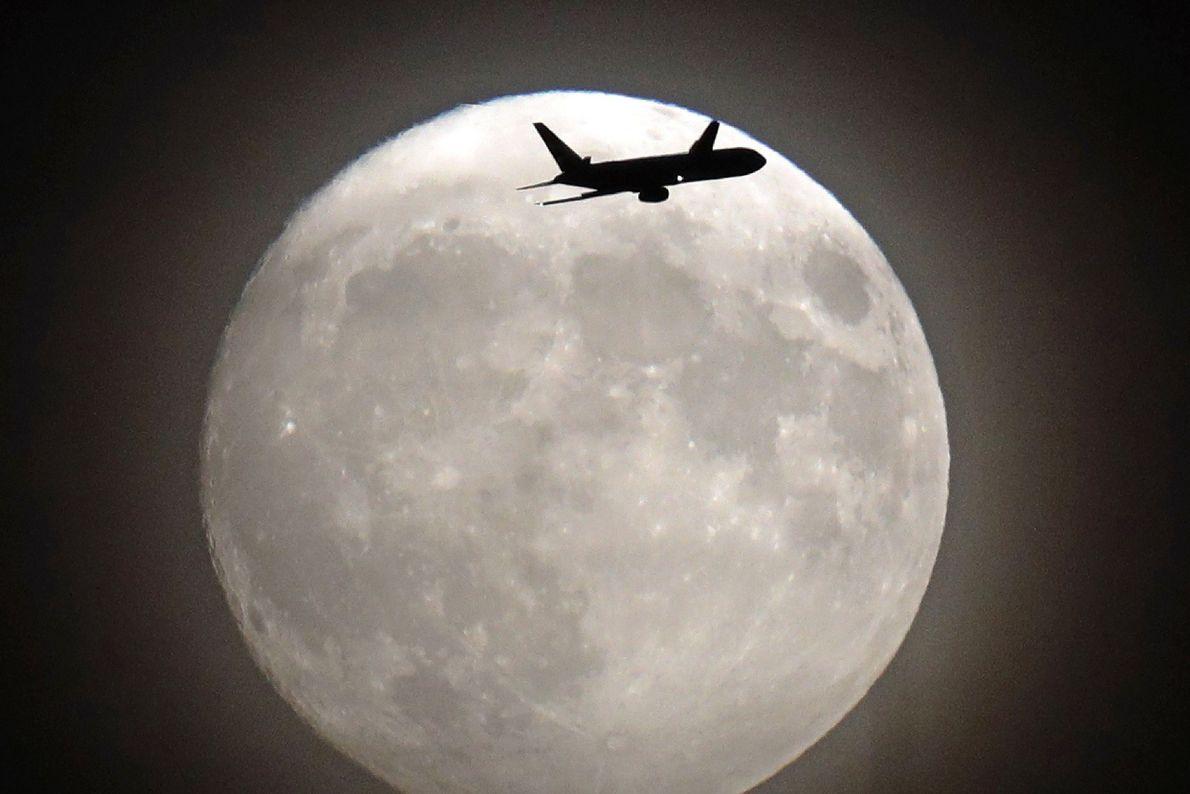 Superluna y avión