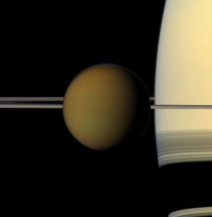 Titán frente a Saturno y a sus anillos